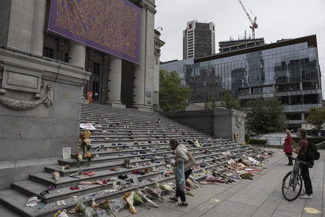Flores y zapatos en un tributo improvisado en Vancouver, Canadá, a los 215 niños cuyos cuerpos fueron encontrados en una fosa común en la Escuela Residencial para Niños Nativos en Kamloops, Columbia Británica.