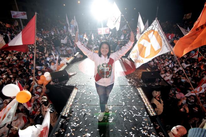 La candidata presidencial peruana Keiko Fujimori, durante el cierre de su campaña electoral en el barrio de Villa El Salvador, en Lima.