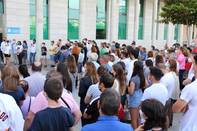 Decenas de personas acuden a la concentración de apoyo a Jesús Tortosa.