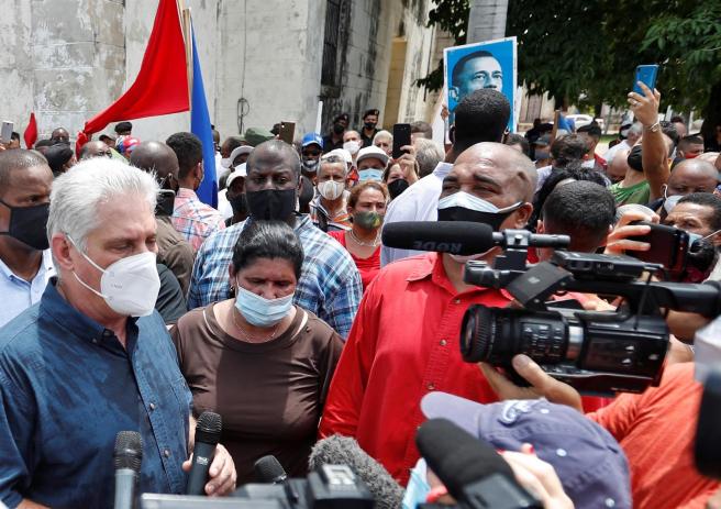 El presidente de Cuba, Miguel Díaz-Canel, en el pueblo de San Antonio de los Baños, durante las protestas surgidas en la localidad contra el Gobierno de país.
