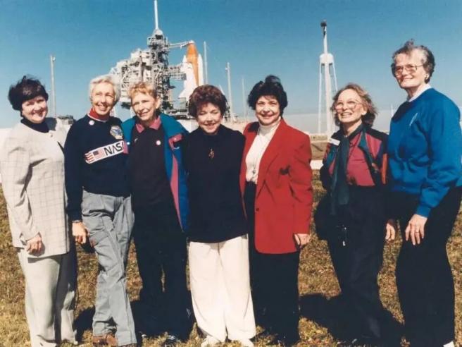 Podemos ver a Funk, la segunda mujer empezando por la izquierda, posando junto al resto de mujeres del grupo.