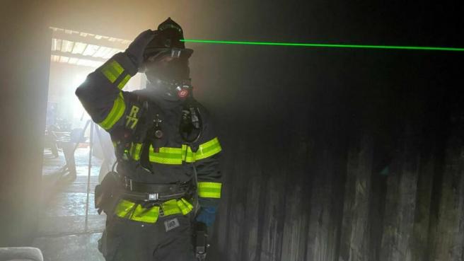 El casco con láser verde permite a los bomberos distinguir los objetos y detectar los puntos calientes.