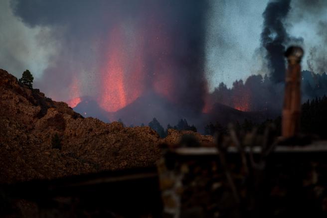 El Instituto Volcanológico de Canarias (INVOLCAN) ha compartido a través de sus redes sociales el comienzo de la erupción de Cumbre Vieja: esta es la sonificación de la señal sísmica registrada por la estación sísmica PPMA de la Red Sísmica Canaria en La Palma entre las 13 y las 16 horas (hora canaria) de hoy 19 de septiembre de 2021.   Se oyen los terremotos al principio que dan luego paso a un tremor continuo generado por la actividad eruptiva.