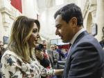 El líder del PP-A, Juanma Moreno, es felicitado por la hasta ahora presidenta del Ejecutivo andaluz, Susana Díaz, tras ser investido presidente.