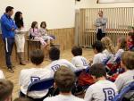 Natalia, con nueve años y una enfermedad rara, cuenta su historia ante alumnos del Brain International School de Alcobendas.