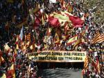 Miles de personas en la manifestación convocada por Sociedad Civil Catalana en Barcelona.
