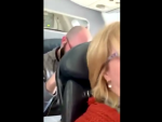 Imagen del momento en el que el pasajero zarandea el asiento de la mujer de delante.
