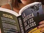 La escritora Nagore Suárez leyendo su libro 'La música de los huesos'.