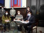 El alcalde de València, Joan Ribó (c), la vicealcaldesa Sandra Gómez (i) y el portavoz de Cs, Fernando Giner (d), este jueves, durante la firma del acuerdo presupuestario.