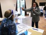 Una mujer votando este miércoles en la simulación del 14-F en la Masia Freixa de Terrassa.
