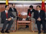 El Príncipe de Asturias, junto al vicepresidente de la Escuela de Formación de cargos y funcionarios de China. (EFE/Bernardo Rodriguez)