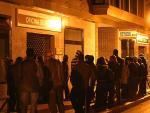 La fila comienza muy de madrugada. Hacia las 6.30, el número de personas que esperan a las puertas de la oficina del Inem es considerable.