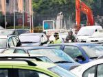 Un agente de Movilidad controla el intenso tráfico en la plaza de Colón, en el centro de Madrid.