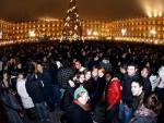 El fin de año se adelanta en Salamanca. Miles de estudiantes se congregaron esta noche en la Plaza Mayor, en Salamanca, para celebrar la nochevieja universitaria, una fiesta que se viene celebrando allí desde hace siete años. En vez de uvas, comen gomilonas.