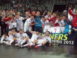 Los jugadores de la selección española y el cuerpo técnico celebran el título de campeones de Europa de fútbol sala.