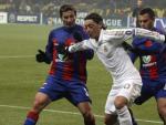 El centrocampista alemán del Real Madrid Mesut Özil (c) controla el balón ante Evgeni Aldonin (i) y Georgi Schennikov (d), del CSKA.
