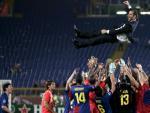 Los jugadores del FC Barcelona levantan a su entrenador Josep Guardiola tras vencer al Manchester United en el juego final de la Liga de Campeones de Europa que les enfrentó el 27 de mayo de 2009, en el estadio Olímpico de Roma (Italia). Barcelona venció dos a cero al Manchester y se coronó campeón de Europa por tercera vez.