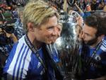 Los jugadores del Chelsea Fernando Torres y Juan Mata tras ganar la Champions en 2012.