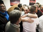Los representantes de los trabajadores celebran entre abrazos el acuerdo logrado entre sindicatos y empresas concesionarias para poner fin a la huelga de limpieza en Madrid.