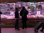 Compras en una carniceria, en el Mercado de los Mostenses para la cena de Nochebuena.