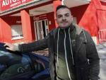 Iván Talaván, un madrileño que ha perdido su carné de conducir, frente a la autoescuela donde debe realizar el curso de reeducación vial.