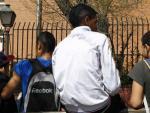 Un grupo de adolescentes frente a un instituto en Madrid.
