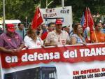 Decenas de manifestantes protestan en Cibeles contra el recorte de servicio en ocho líneas de la EMT.