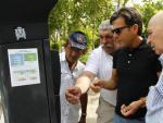 Un grupo de usuarios hace un corrillo junto a uno de los nuevos parquímetros de Madrid para intentar descifrar su funcionamiento.