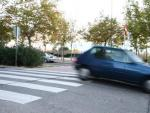 Un automóvil cruza un resalto en la calzada en una calle de Madrid.