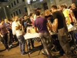 Un puesto de venta ambulante de comida y bebida, en las inmediaciones del Congreso, en Madrid.