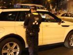 Policías municipales de Madrid durante un control de alcoholemia en la Plaza de Cibeles.