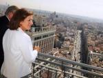 La alcaldesa Ana Botella divisando el centro de la ciudad desde la Torre de Madrid, en Plaza de España.