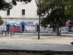 Grafitis en el parque de la Cornisa, sobre el muro trasero de la basílica de San Francisco el Grande.