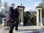 Dos personas pasando frente a la puerta de entrada de la Quinta Torre Arias (San Blas, Madrid).