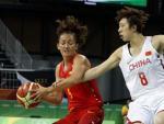La jugadora de la selección española de baloncesto Laia Palau (i) y la jugadora de la selección de China Di Wu (d).