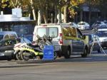 Un radar móvil y un furgón de los agentes de Movilidad, bajo el paso elevado de Nuevos Ministerios, en Madrid.