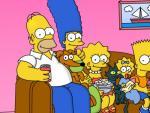 La familia Simpson aparece sentada en su sofá, un clásico al inicio de cada capítulo de esta serie animada.