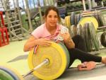 La atleta canaria Atenery Hernández, posando con las tres medallas logradas en los Campeonatos de Europa de halterofilia, disputados en Split (Croacia).