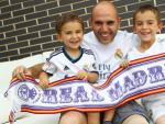 Jesús, gran aficionado del Real Madrid, con sus dos hijos, Jorge y Víctor.