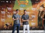 Los directores David Alonso (izda.) y Enrique Gato (dcha.) y el cantante David Bisbal en la presentación de 'Tadeo Jones 2: El secreto del Rey Midas' en La Alhambra de Granada