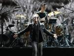 La banda irlandesa U2, con su líder y cantante Bono, durante su actuación en el Estadio Olímpico de Barcelona, en el único concierto en España de su gira mundial 'U2: The Joshua Tree Tour 2017'.