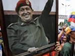 Chavistas participan en una manifestación con un cuadro del fallecido presidente Hugo Chávez para apoyar la instalación de la Asamblea Nacional Constituyente en Caracas.