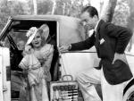 Duesenberg fue una compañía de automóviles de lujo estadunidense que supuso la réplica americana a Rolls-Royce, Hispano-Suiza o Mercedes-Benz y cuyo modelo J Murphy tuvo mucho éxito entre las estrellas del Hollywood clásico: Greta Garbo, Mae West, Dolores del Rio, Marion Davies, Gary Cooper, Tyrone Power, Clark Gable tuvieron este señorial coche que también apareció en la gran comedia romántica de los años 30, La alegra divorciada (1934). Lujo de ensueño que llegó a alcanzar los 2.365 millones de dólares cuando se subastó en 2013 en la casa Gooding and Co. (Monterey, California).