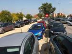Coches aparcados en un barrio de la periferia.