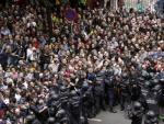 Agentes antidisturbios de la Policía Nacional, situados en los alrededores del colegio Ramón Llull de Barcelona para impedir el referéndum suspendido por el Tribunal Constitucional.