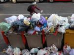 Contenedores con desperdicios sin recoger, este lunes, en un barrio de la capital, el primer día de huelga.