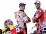 El piloto español del equipo Honda de Moto GP, Marc Márquez (i), y el italiano de Ducati, Andrea Dovizioso (d), que se juegan en Cheste el título de MotoGP, posan junto a sus motos en la calle de garajes del Circuito Ricardo Tormo.