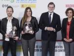Rajoy y Dolors Montserrat con algunos de los galardonados con los premios Menina.