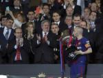 Andrés Iniesta besa la Copa del Rey.