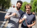 El deportista paralímpico Jon Santacana y su guía, Miguel Galindo, en Madrid.